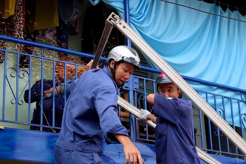 Quận 1 gỡ hàng loạt mái che đường Nguyễn Đình Chiểu - ảnh 2