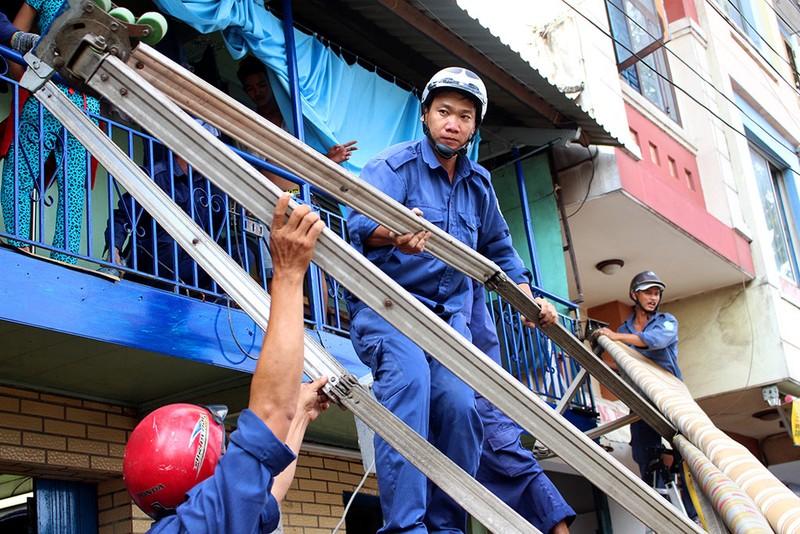 Quận 1 gỡ hàng loạt mái che đường Nguyễn Đình Chiểu - ảnh 3
