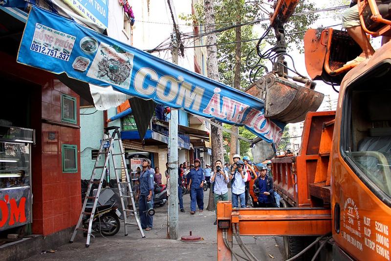 Quận 1 gỡ hàng loạt mái che đường Nguyễn Đình Chiểu - ảnh 5