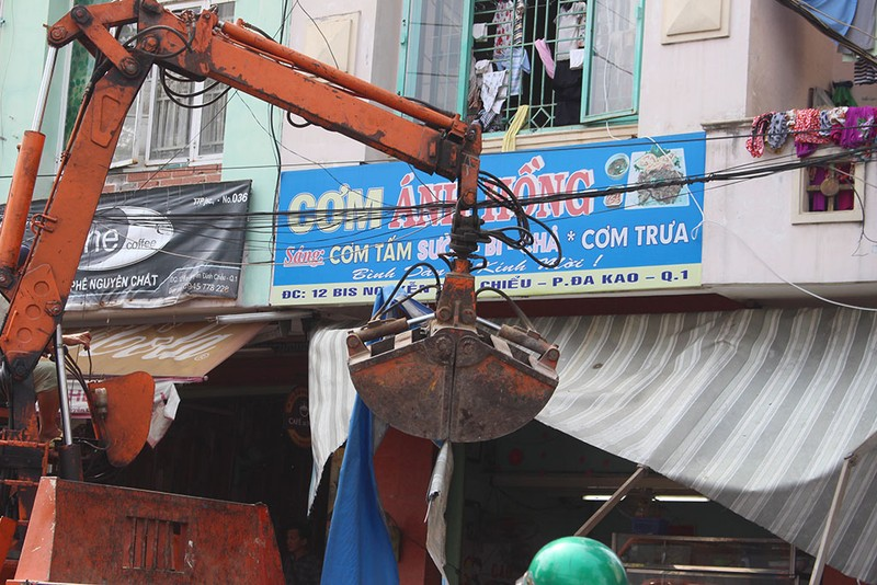 Quận 1 gỡ hàng loạt mái che đường Nguyễn Đình Chiểu - ảnh 6