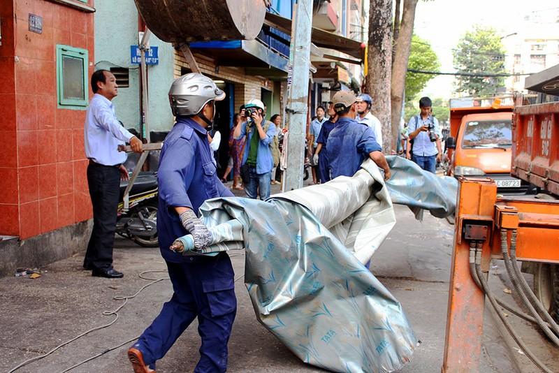 Quận 1 gỡ hàng loạt mái che đường Nguyễn Đình Chiểu - ảnh 8