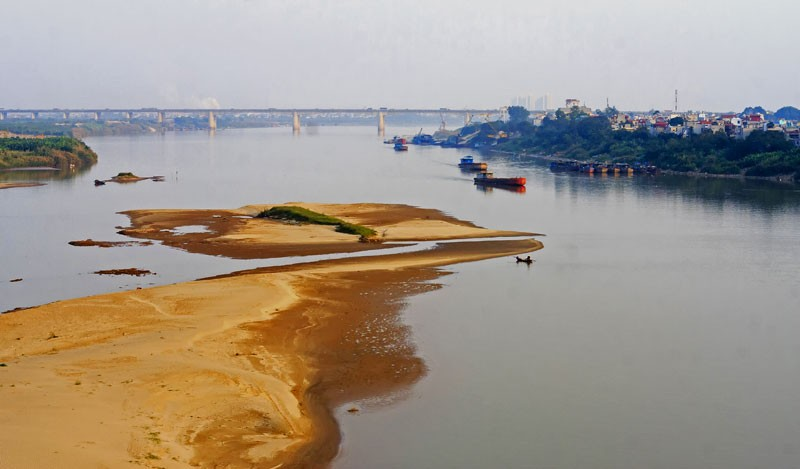 Sông Hồng cạn dòng chảy vì khai thác cát, thủy điện - ảnh 1