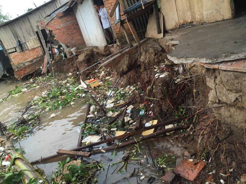 Sạt lở kinh hoàng, nhiều nhà rơi xuống sông Hậu - ảnh 1