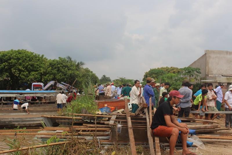 Bốn nhà dân bất ngờ đổ nhào xuống sông Cổ Chiên - ảnh 1