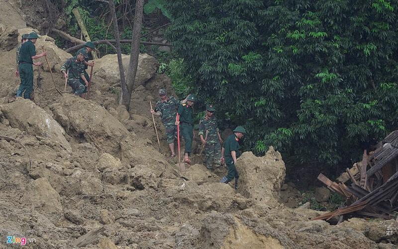 Trăm người tìm 18 nạn nhân bị đất đá vùi lấp - ảnh 9