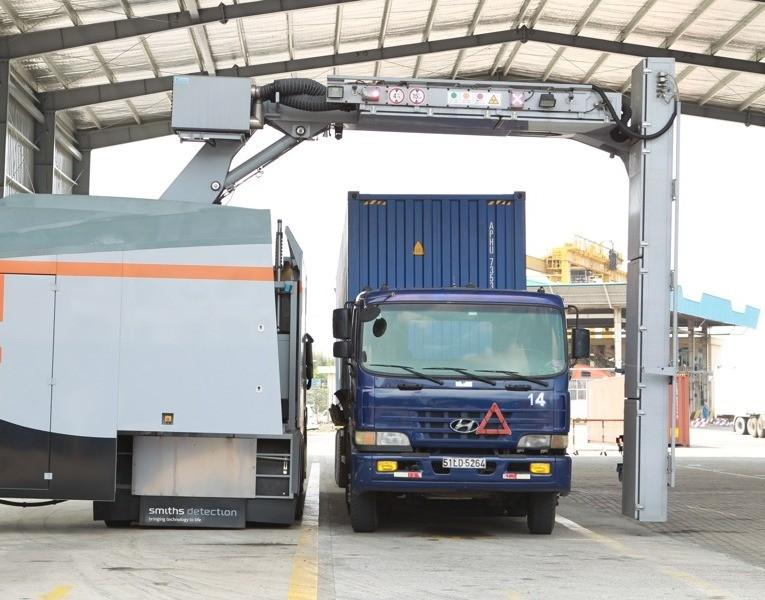 Tăng soi chiếu xử lý hàng trăm container hàng tồn đọng tại cảng - ảnh 1