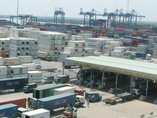 Từ 1-7, container chưa cân sẽ không được vào cảng, lên tàu. Ảnh: QUỲNH NHƯ