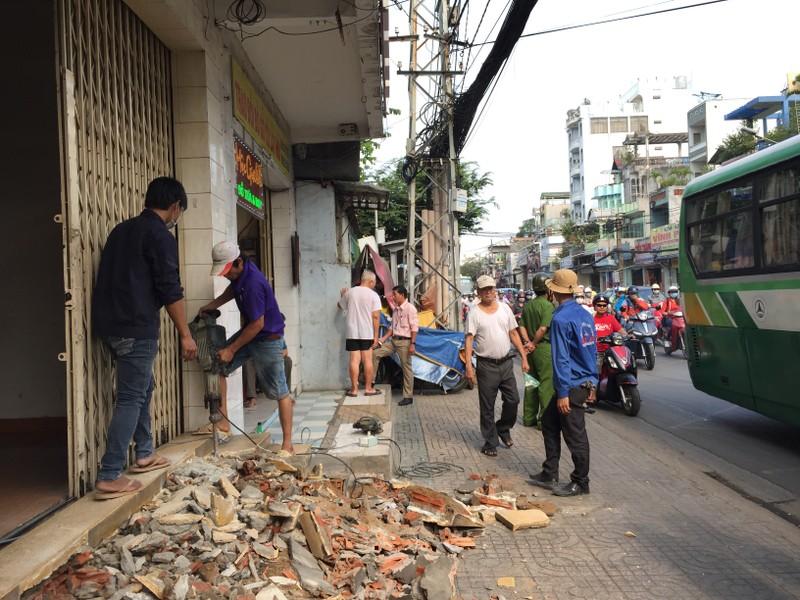 Dọn vỉa hè đường Trường Chinh, quận Tân Bình