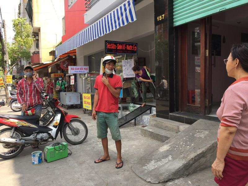 Một nhà trên đường Vạn Kiếp (quận Bình Thạnh) đang chuẩn bị đập bậc thềm xi măng và có phương án gắn bậc thềm mới. Ảnh: Quỳnh Như