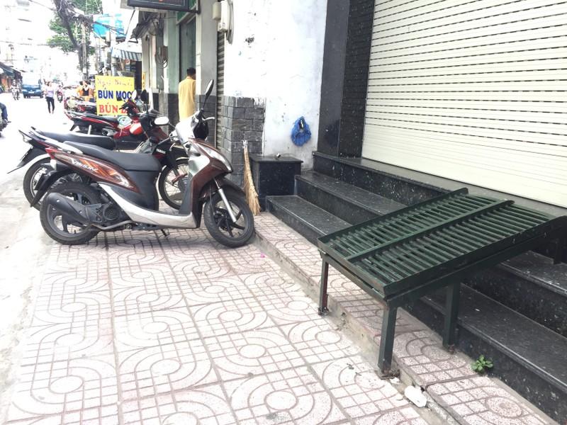 Một ngôi nhà trên đường Đồng Đen, quận Tân Bình, đã lùi công trình xây dựng vào trong để lấy diện tích xây bậc tam cấp không lấn chiếm vỉa hè. Ảnh: Quỳnh Như
