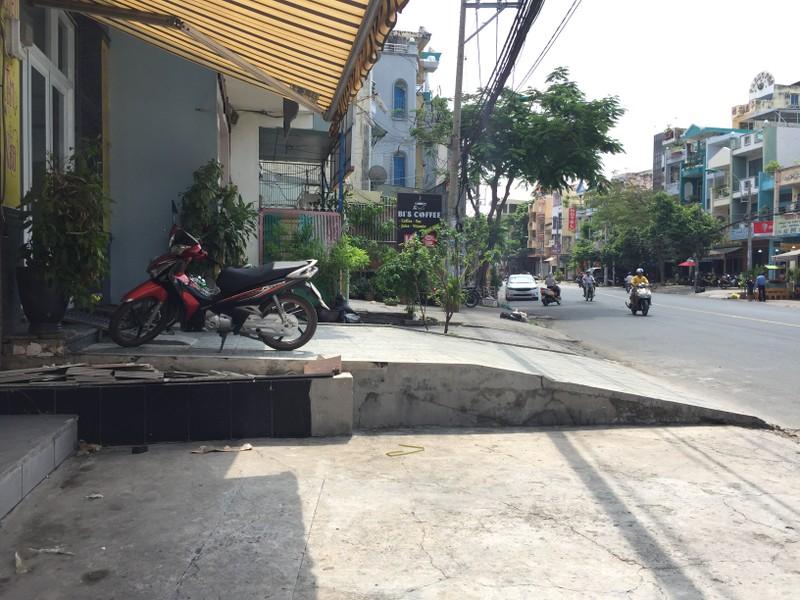 """Vỉa hè đường Chu Văn An, quận Bình Thạnh """"nhấp nhô"""" tùy vào thiết kế thềm, dốc của từng gia chủ. Ảnh: Quỳnh Như"""