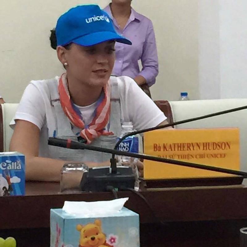 Ca sĩ Katy Perry đến với trẻ em Ninh Thuận - ảnh 4