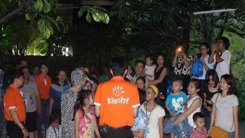 phụ huynh và trẻ em tại vườn quốc gia