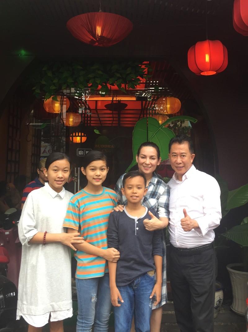 Martin Yan chụp hình cùng ca sĩ Phi Nhung, và ba ca sĩ nhí con nuôi của Phi Nhung: Hồ Văn Cường, Thiêng Ngân và Thu Hiền