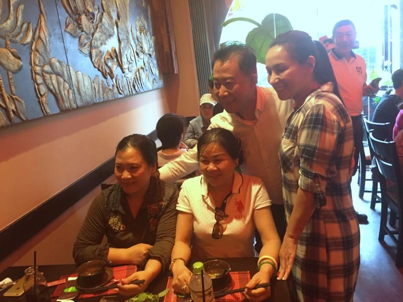 Martin Yan và Phi Nhung chụp hình lưu niệm với khách.