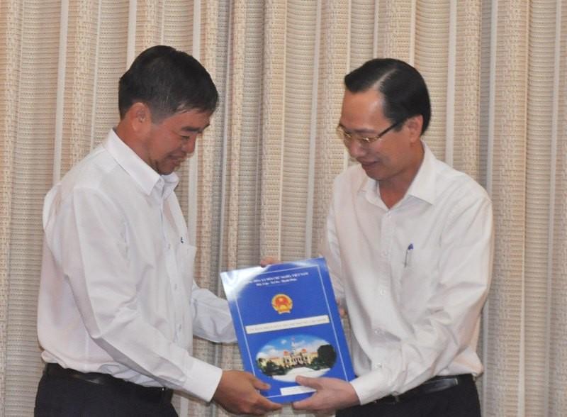Phó Chủ tịch UBND TP Lê Thanh Liêm trao quyết định cho ông Nguyễn Văn Trường.