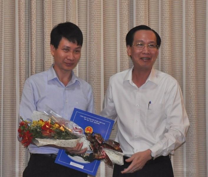 Phó Chủ tịch UBND TP Lê Thanh Liêm trao quyết định cho ông Trương Trung Kiên.