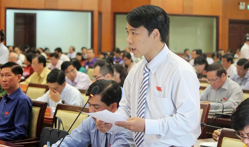 Đại biểu Nguyễn Minh Nhật đặt câu hỏi chất vấn. Ảnh: HOÀNG GIANG