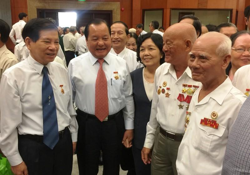 Nguyên Bí thư Thành ủy TP.HCM Lê Thanh Hải  (thứ hai bên trái qua) trao đổi với các đại biểu. Ảnh: TÁ LÂM