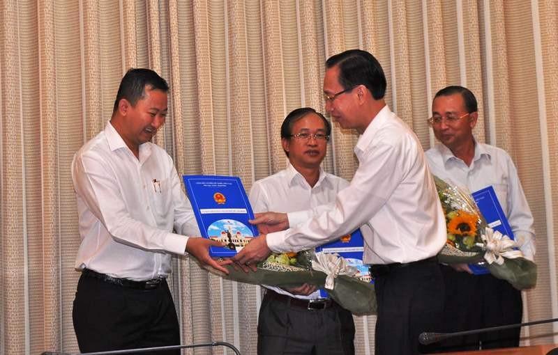 Phó Chủ tịch Lê Thanh Liêm trao quyết định cho ông Trần Phú Lữ