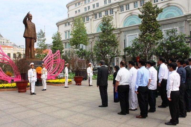 Lãnh đạo TP.HCM dâng hương Chủ tịch Hồ Chí Minh - ảnh 2