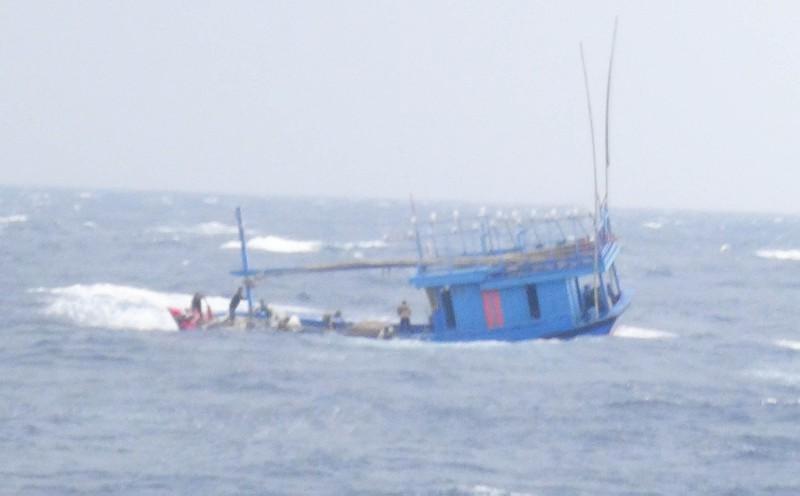 Cứu thành công hai tàu cùng hàng chục ngư dân bị nạn sắp chìm - ảnh 2