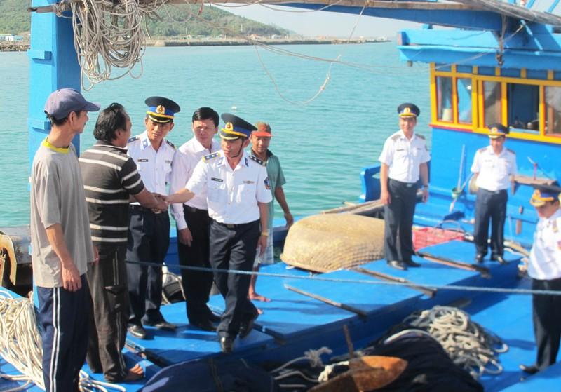 Cứu thành công hai tàu cùng hàng chục ngư dân bị nạn sắp chìm - ảnh 5