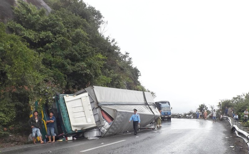 Xe tải lật trên đèo Cả, quốc lộ 1 bị ùn tắc  - ảnh 2