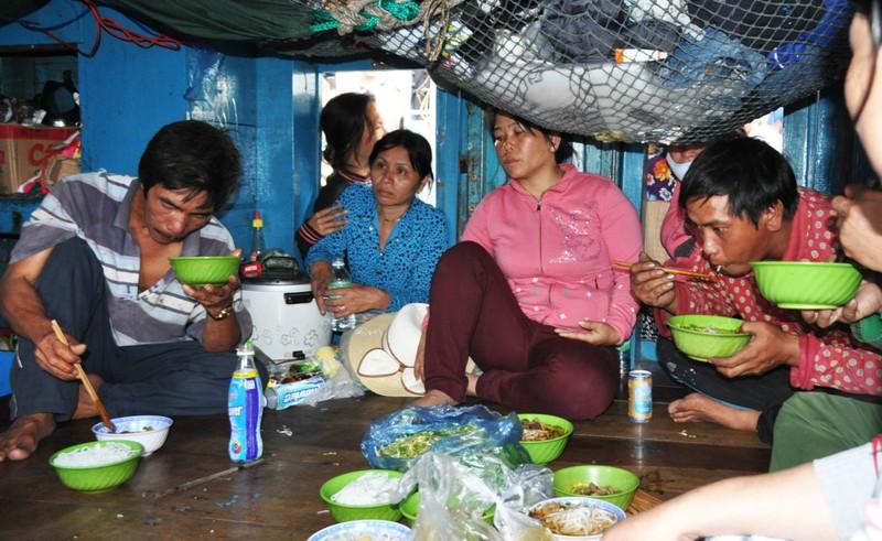 Nghi tàu nước ngoài cố tình tông chìm tàu cá Việt Nam ở Hoàng Sa - ảnh 7