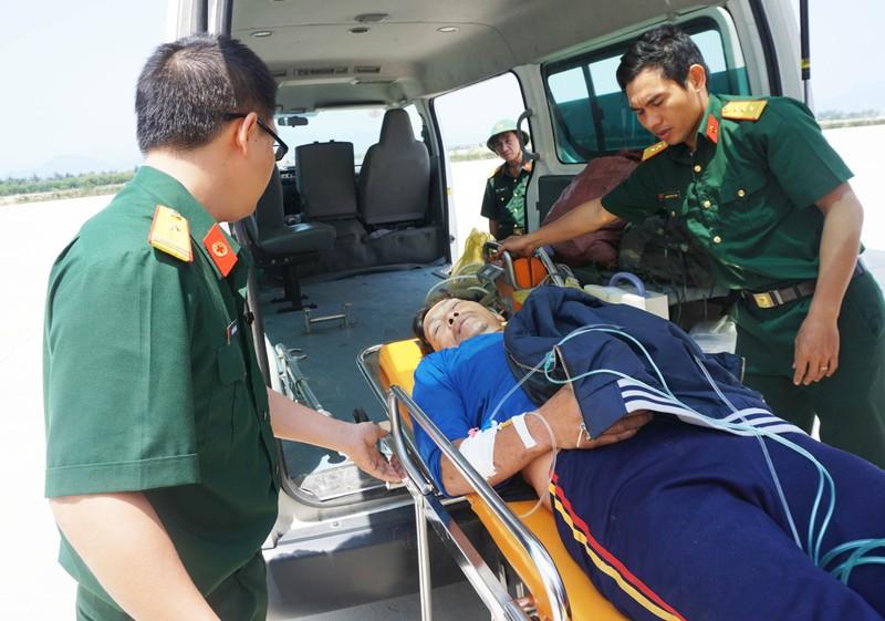 Dùng thủy phi cơ chở ngư dân đau tim ở Trường Sa về đất liền  - ảnh 3