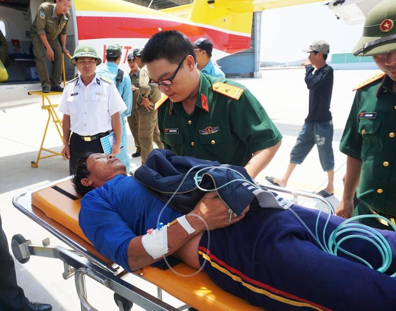 Dùng thủy phi cơ chở ngư dân đau tim ở Trường Sa về đất liền  - ảnh 1