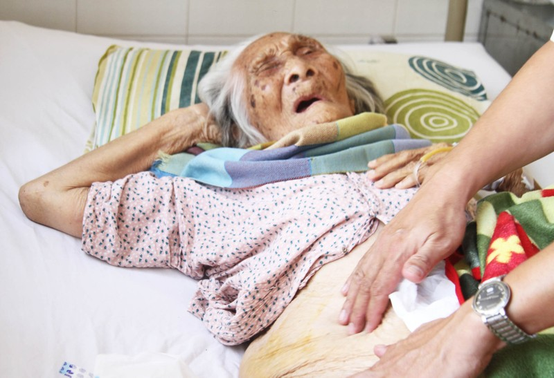 Thay khớp háng cho cụ bà 98 tuổi bị gãy xương đùi - ảnh 1