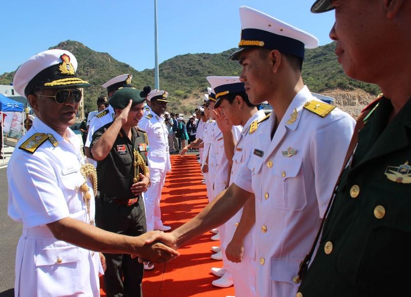Hai tàu chiến Ấn Độ thăm hữu nghị Việt Nam - ảnh 5