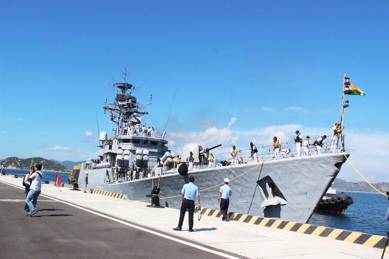 Hai tàu chiến Ấn Độ thăm hữu nghị Việt Nam - ảnh 6