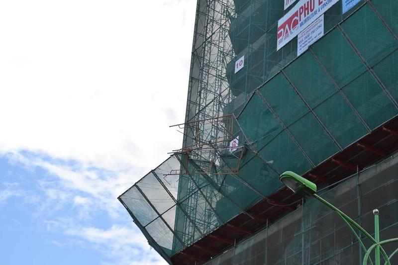 Sập giàn giáo từ tầng 20, giao thông đường ven biển Nha Trang tê liệt - ảnh 2
