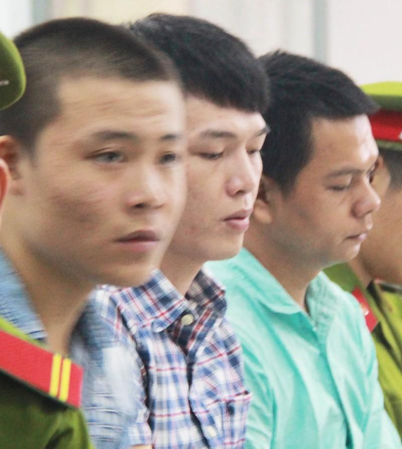 Bị cáo Lê Tấn Khỏe (bìa trái) và hai cựu công an viên. Ảnh: TẤN LỘC
