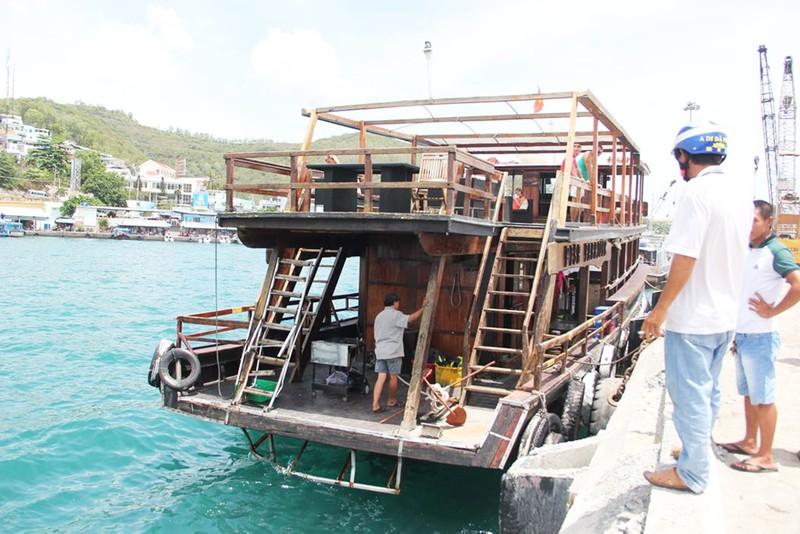 Tàu du lịch bị chìm do va chạm trong neo đậu - ảnh 2