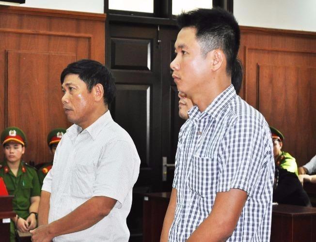 Bị cáo Lê Đức Hoàn (bìa trái), nguyên thượng tá, Phó Công an TP Tuy Hòa, đề nghị tòa xử vì vụ án kéo dài quá lâu, bị cáo cảm thấy đã quá mệt mỏi. Ảnh: TẤN LỘC