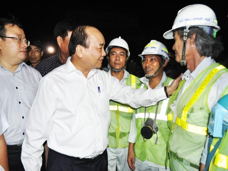 Thủ tướng Nguyễn Xuân Phúc động viên các chuyên gia, công nhân thi công dự án hầm Đèo Cả. Ảnh: TẤN LỘC