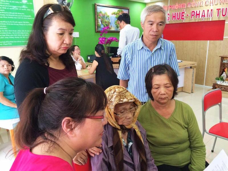 Gia đình cụ Lê Thị Háo đến Văn phòng Công chứng Hoàng Huệ- Phạm Tuấn