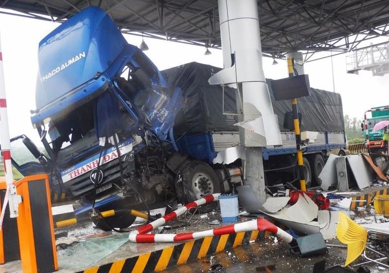 Chiếc xe tải tông nát ca bin trạm thu phí