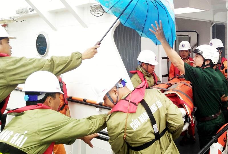 Đưa một ngư dân nghi bị ngộ độc vào đất liền cấp cứu - ảnh 1