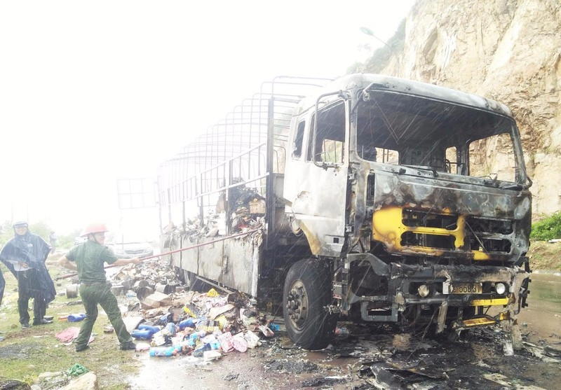 Cảnh sát PCCC tỉnh Bình Định dập lửa chiếc xe tải bị cháy.