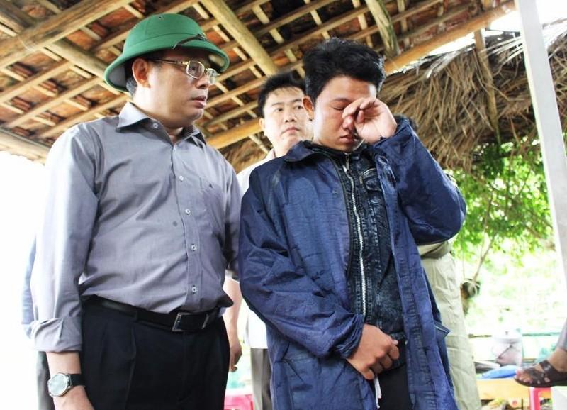 Ông Hoàng Văn Trà, Chủ tịch UBND tỉnh Phú Yên, động viên cháu Phan Nguyên Thi (phường Xuân Đài, thị xã Sông Cầu) có cha bị mất tích do lũ. Ảnh: TẤN LỘC