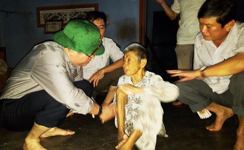 Ông Hoàng Văn Trà, Chủ tịch UBND tỉnh Phú Yên (bìa trái) thăm hỏi, động viên bà Nguyễn Thị Tám (xã Xuân Xuân Bắc, huyện Đồng Xuân) bị thiệt hại do lũ. Ảnh: TẤN LỘC