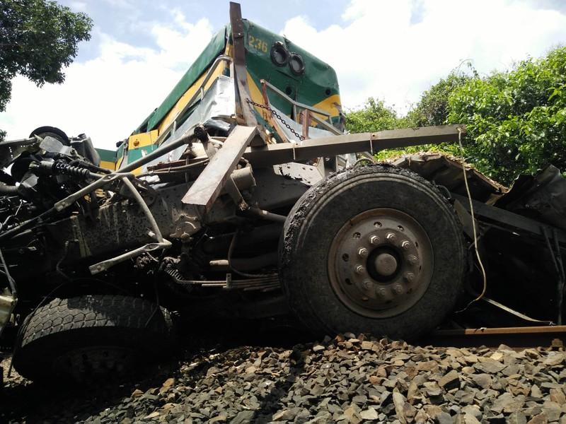 Đường sắt Bắc-Nam tê liệt do xe tải dính chặt tàu lửa - ảnh 4