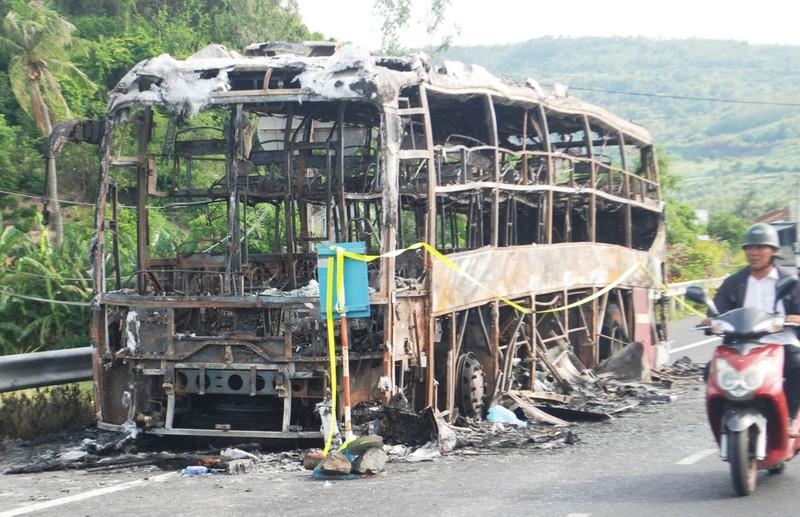 Cháy xe giường nằm, 17 hành khách thoát nạn   - ảnh 1