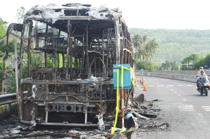 Cháy xe giường nằm, 17 hành khách thoát nạn   - ảnh 2