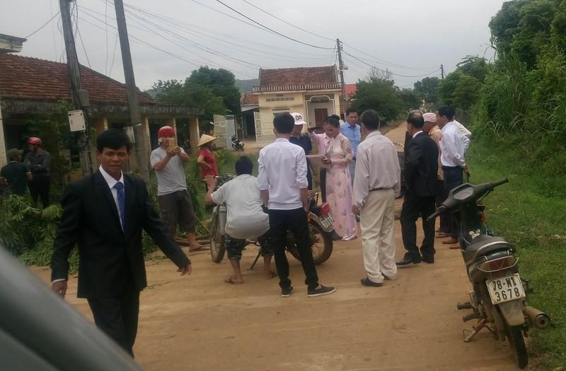 Khó tin: Chặn xe cô dâu đòi tiền xây dựng nông thôn mới - ảnh 1