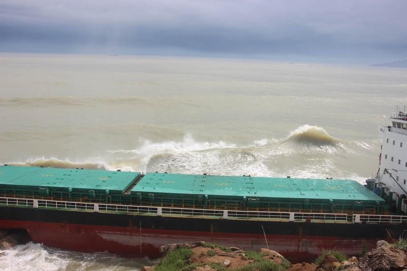 Trục vớt tàu chìm gắn với ứng phó tràn dầu tại Quy Nhơn - ảnh 2